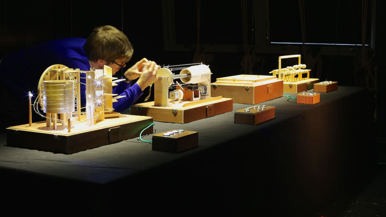 Mechanical Boxes with crazy course of marbles, a wood / metal xylophone, a vibrating plate or even an automaton harp